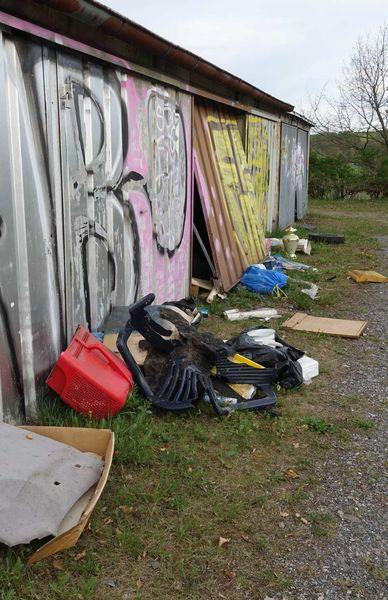 An den Seehausgaragen liegt illegal abgelagerter Müll herum
